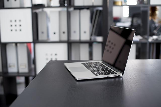 компьютер в офисе